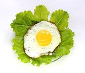 Fried egg on lettuce. — Stock Photo