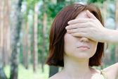 Retrato de uma linda menina com os olhos fechados — Fotografia Stock