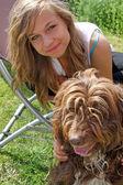 Ohromující dospívající dívka s psíkem — Stock fotografie