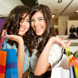 Smiling girls shopping — Stockfoto