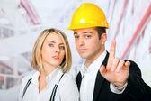 Hommes femmes architectes pointant — Photo