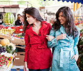 Twin sisters market — Stock Photo