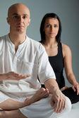 Coppia facendo esercizio di yoga — Foto Stock