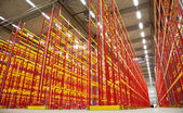Empty racks in warehouse — Stockfoto