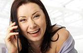 Glada ansikte med en mobiltelefon — Stockfoto