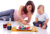 Moeder en kind met pasen eieren — Stockfoto