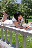 Student reading books in the park — Stock Photo