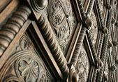 Linda porta de madeira esculpida — Foto Stock