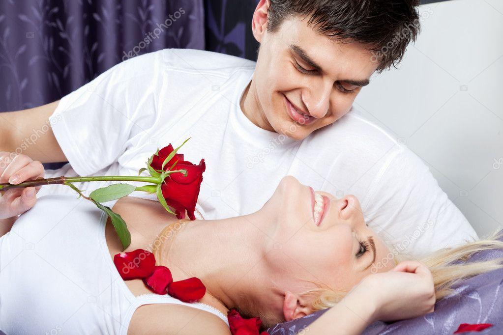 lit de couple heureux photographie vilevi 6374523. Black Bedroom Furniture Sets. Home Design Ideas