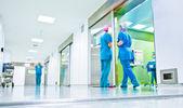 Bulanık doktorlar ameliyat koridor — Stok fotoğraf
