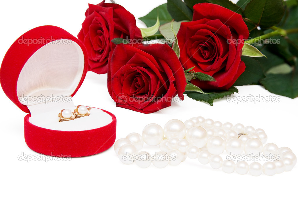 A bouquet of red roses with pearl earrings and necklaces — Stock Photo #5966467
