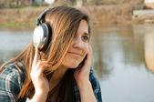 音楽を聴いている女の子 — ストック写真
