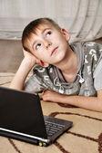 Niño con ordenador portátil — Foto de Stock
