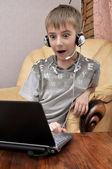 笔记本电脑的惊讶的男孩 — 图库照片