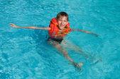 Chłopiec nauki pływania — Zdjęcie stockowe