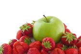 Morangos e apple — Fotografia Stock