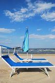 Beach chairs and umbrella — Stockfoto