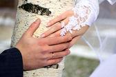 Mani dello sposo e la sposa — Foto Stock