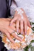Snubní prsteny a růže — Stock fotografie