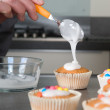 Decorating the cupcakes — Stock Photo