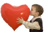 Liten 5 - åring håller ett valentine hjärta. — Stockfoto