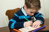 Skriva och rita pojke — Stockfoto