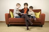 Anne ve iki oğlu 4 kitap okuma — Stok fotoğraf