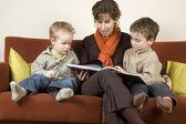 Anne ve iki oğlu 3 kitap okuma — Stok fotoğraf
