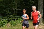 старшая пара, бегущая — Стоковое фото