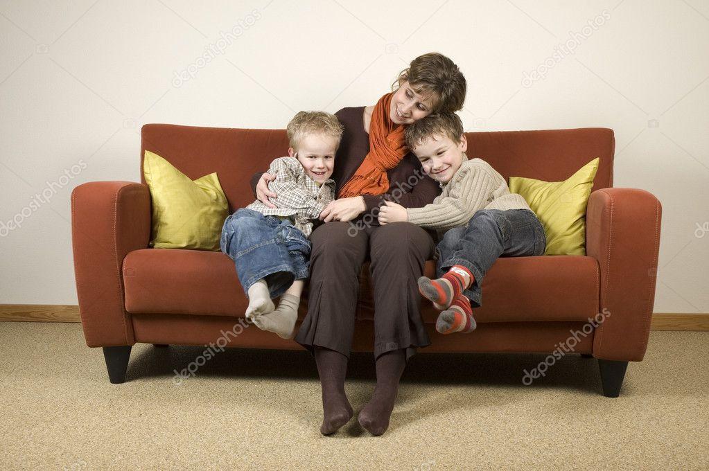 мама с сыном на диване № 75194