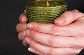 держит свечу — Стоковое фото