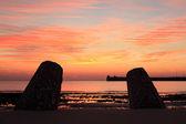 восход солнца на пляже с двумя барьерами и пирс — Стоковое фото