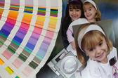 Kleurengids, vergrootglas en foto's van twee litle girls. — Stockfoto