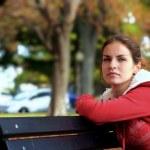 Beautiful girl in autumn park — Stock Photo
