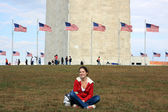 Girl in front of Washington monument — Stok fotoğraf
