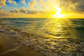 Sunrise over ocean — Stock Photo