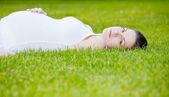Beautiful pregnant woman in the park — Stok fotoğraf