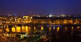 Prag och vltava floden på natten — Stockfoto