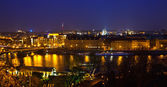 Praha a vltava řeka v noci — Stock fotografie