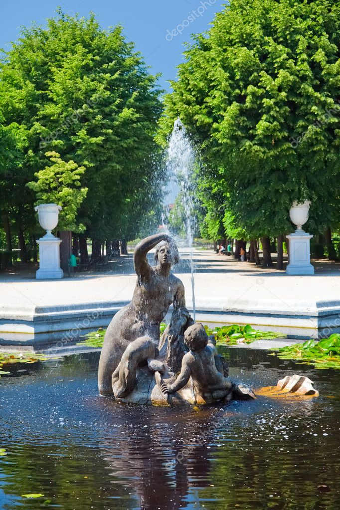 Fountain in Schonbrunn Palace, Vienna, Austria — Stock Photo #6207383