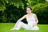 Piękna kobieta w ciąży w parku — Zdjęcie stockowe