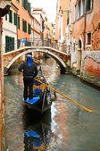 Gôndolas em canal de veneza — Fotografia Stock