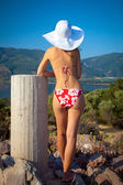 Jovem mulher com chapéu branco — Foto Stock