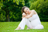 Beautiful pregnant woman in the park — Stockfoto