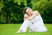 Krásná těhotná žena v parku — Stock fotografie