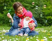 Madre con bambino nel parco — Foto Stock