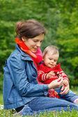 Mãe com bebê brincando no parque — Fotografia Stock