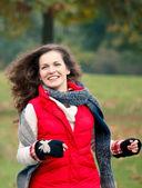 Mooi meisje met plezier in herfst park — Stockfoto