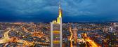 Panoramisch uitzicht over frankfurt am main in de schemering — Stockfoto