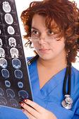 Junge ärztin blick auf tomogram — Stockfoto